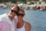 Jag och Mattias i blåsten med hamnen i bakgrunden