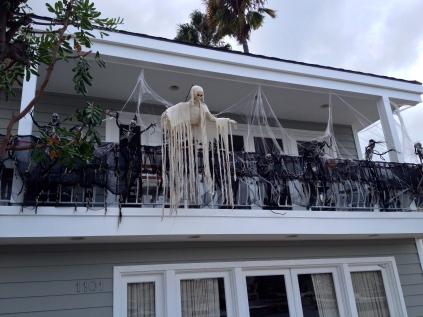 Spöken och spindlar väntar på balkongen