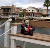 Trött Frankenstein hänger lite på en bänk med en spindel på huvudet