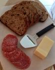Smarrigt bröd, ost och salami